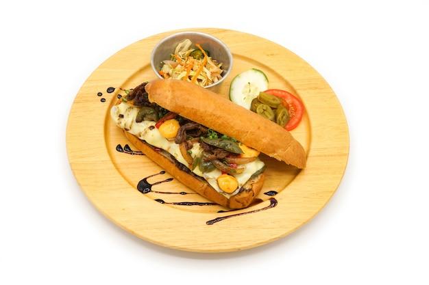 Stile di colazione hot dog della corea e america applicato con formaggio di maiale breef e verdura sul piatto di legno del cerchio.