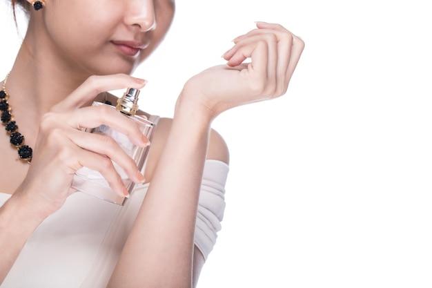 Applica profumo donna con sfondo bianco