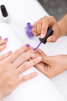 Applicazione dello smalto per unghie