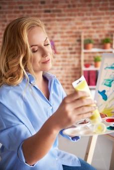 Applicare la vernice sulla tavolozza