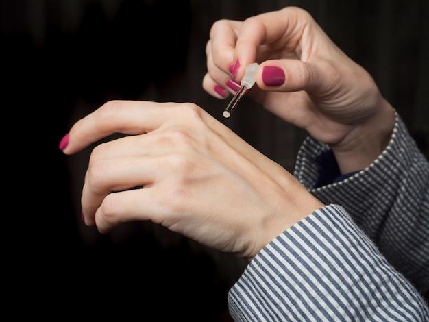 Applicare il profumo sulla pelle. profumo di oud attar arabo o fragranze di olio di agar in bottiglia di cristallo.