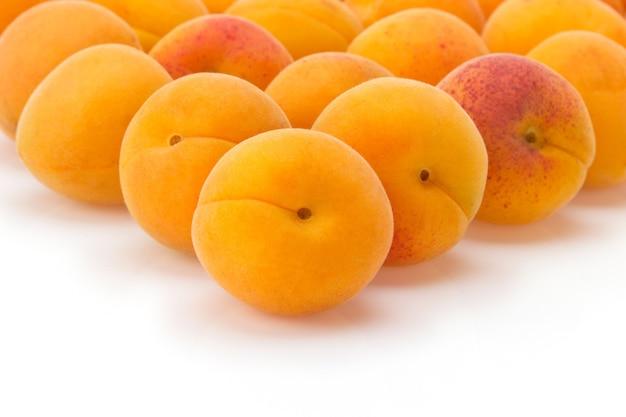 Frutta dell'albicocca isolata sulla superficie bianca