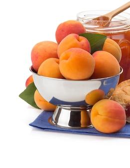 Frutta dell'albicocca isolata
