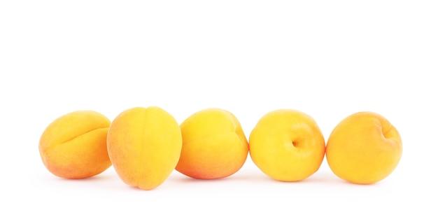 Frutti di albicocca con foglie isolate su sfondo bianco