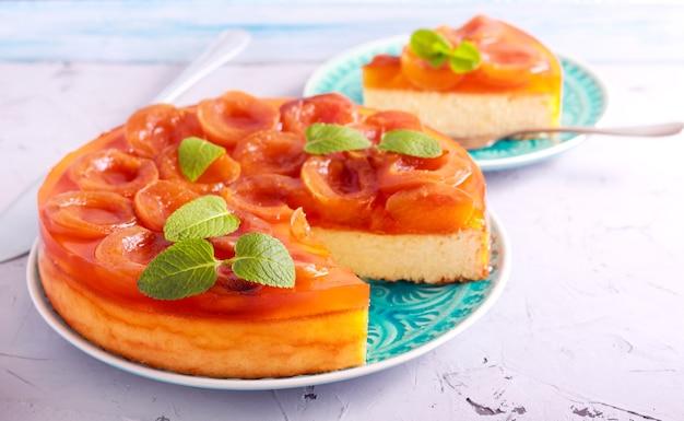 Gelatina di albicocche topping cheesecake servito sulla piastra