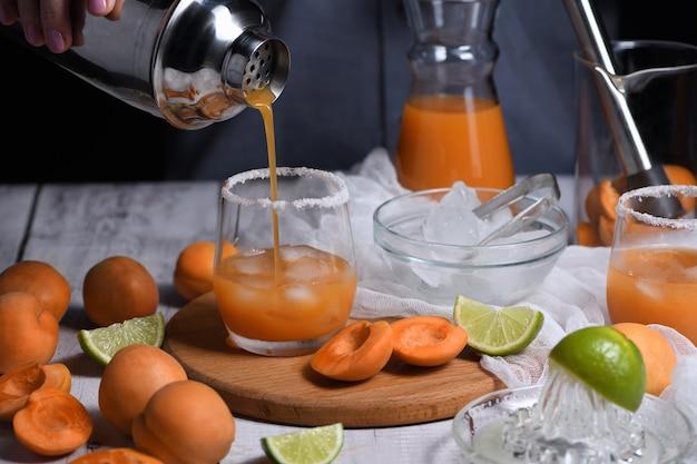 Albicocca margarita - a base di succo di albicocca fresco, succo di lime e tequila. goditi questo cocktail estivo leggero e rinfrescante