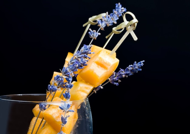 Albicocche insieme al primo piano secco fragrante dei fiori di lavanda