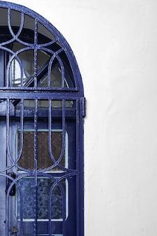 Architettura araba nella vecchia medina. strade, porte, finestre, dettagli. tangeri, marocco