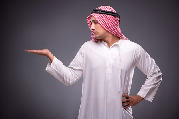 Uomo d'affari arabo su grigio