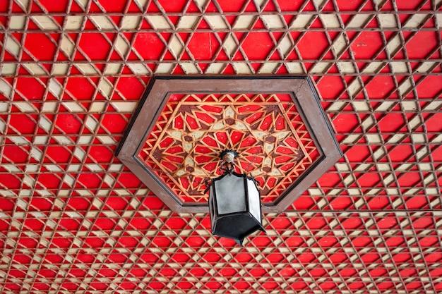 Lampadario arabo. soffitto arabo. il soffitto è in stile orientale. il soffitto è decorato con ornamenti.