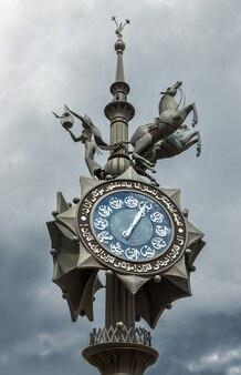 Orologio arabo sulla piazza di tukai a kazan