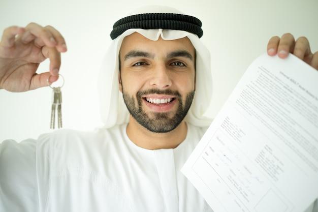 Uomo arabo che fa un affare di successo