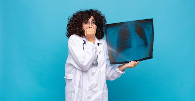 Bella donna araba con una scintigrafia ossea. concetto di medico