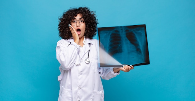 Bella donna araba con una scintigrafia ossea. medico