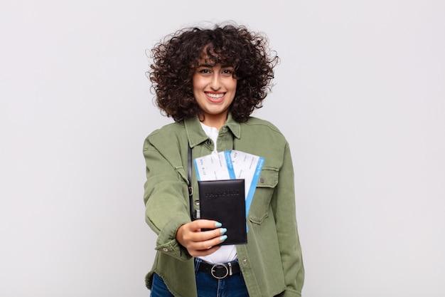 Bella donna araba con un aereo e biglietti d'imbarco. concetto di viaggio