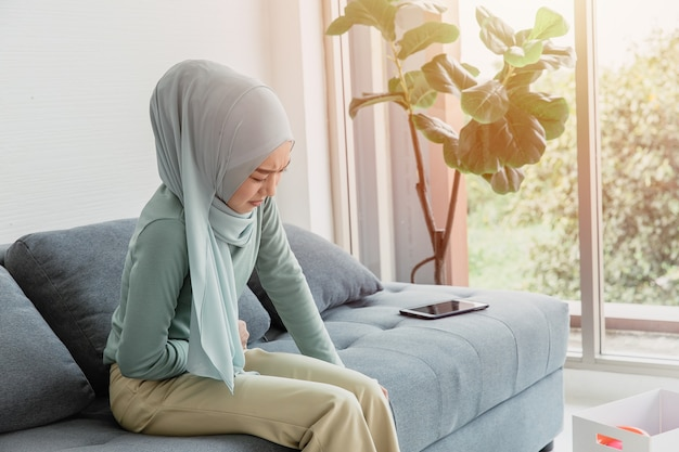Donne arabe mal di stomaco crampi gravi, dolore addominale dalle mestruazioni o espressione di problemi di salute del periodo