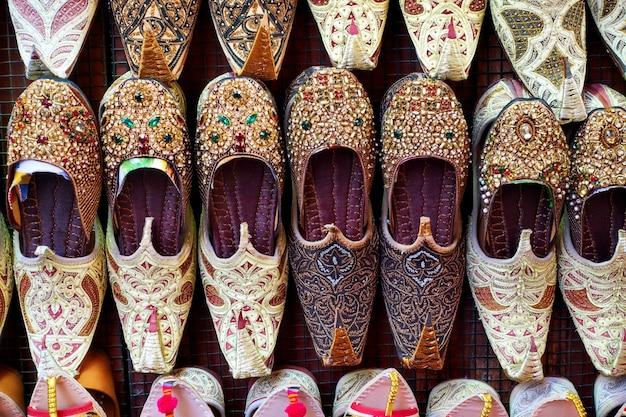 Scarpe di babbucce arabe al primo piano della bancarella del mercato