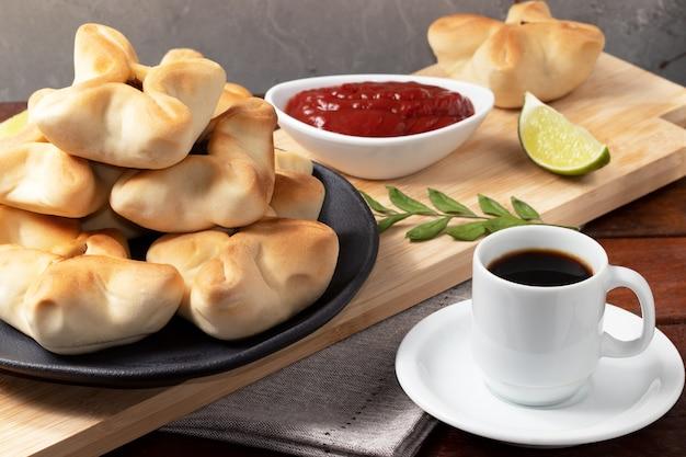 Esfiha di carne araba e una tazza di caffè.