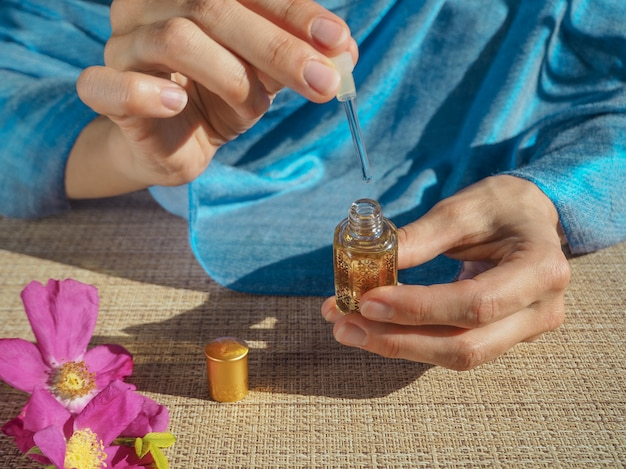 Profumo di oud attar arabo o fragranze di olio di agar in bottiglia di cristallo.