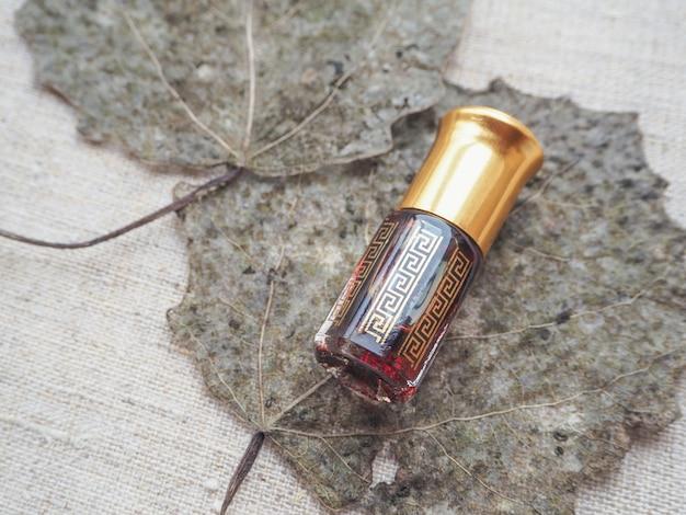 Profumo arabo oud attar o olio di agar in mini bottiglia.