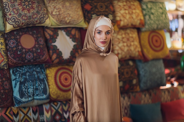 Arabian giovani musulmani donna seduta in un caffè.