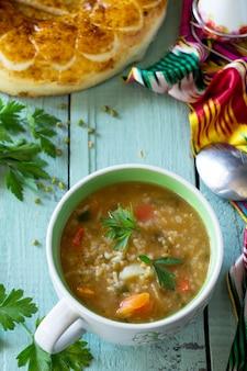 Cucina araba eventi ramadan medio oriente zuppa di fagioli mung su tavola di legno copia spazio copy
