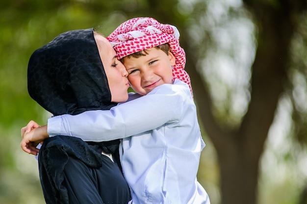 Madre e figlio arabi