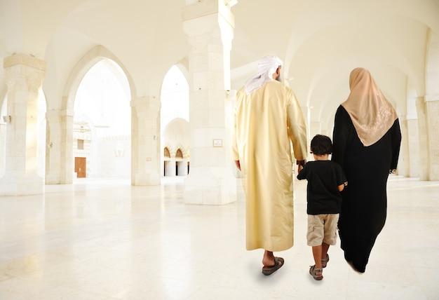 Famiglia musulmana araba che cammina dell'interno
