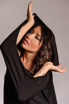 Ragazza musulmana araba vestita di nero sopra bianco