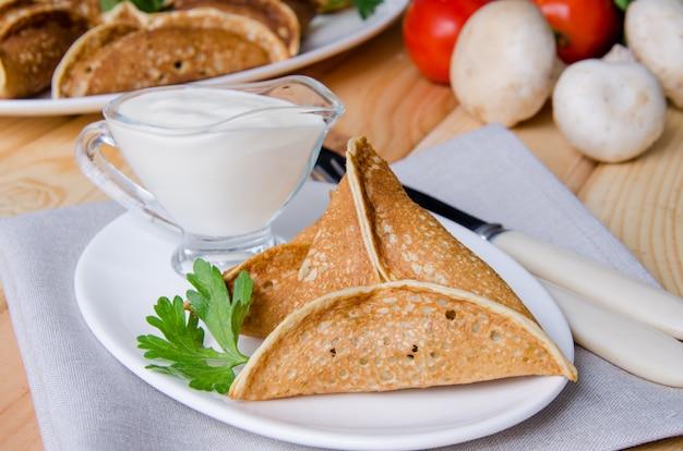 Pancake arabo qatayef con funghi e formaggio