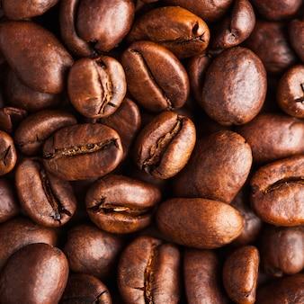 Primo piano dei chicchi di caffè arabica. per screensaver, sfondi, trame, torrefattori e venditori di caffè.
