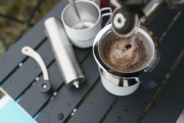 Processo di gocciolamento del caffè arabica al mattino