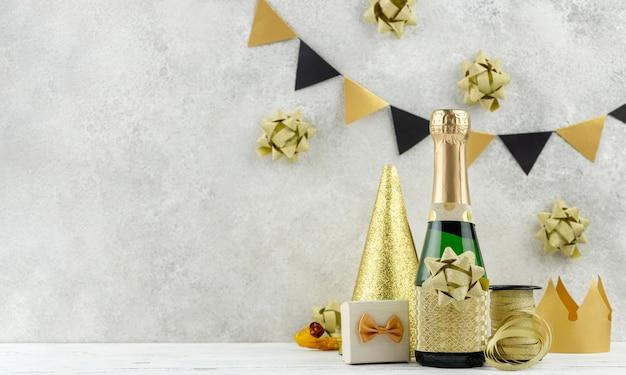 Disposizione con champagne e decorazioni