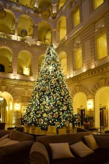Arbon de navidad en hotel a budapest, ungheria