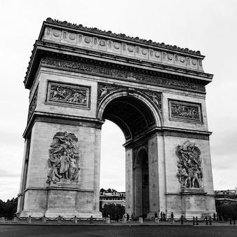 L'arco di trionfo de l'étoile a parigi, francia