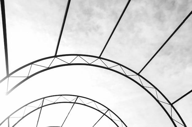 Struttura metallica ad arco su uno sfondo di cielo astrazione architettura elementi decorativi Foto Premium