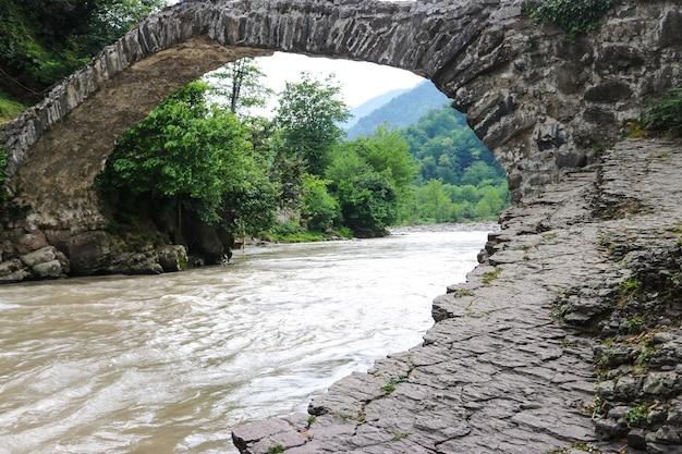 Ponte ad arco della regina tamara attraverso il fiume adzhariszkhali in adjara, georgia