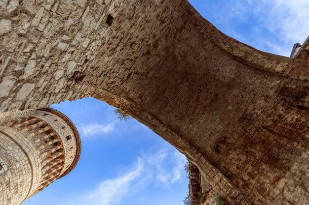 Arco del ponte di ingresso principale al castello di brescia, lombardia, italy