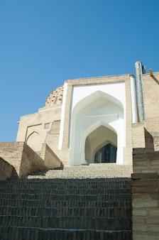 L'arco e i gradini del design esterno dell'antico registan a samarcanda architettura dell'asia
