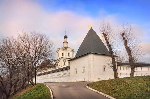 Tempio e torre dell'arcangelo nel monastero di andronikov a mosca