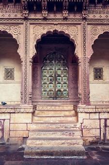 Porta ad arco nella fortezza di mehrangarh. jodhpur, rajasthan, india