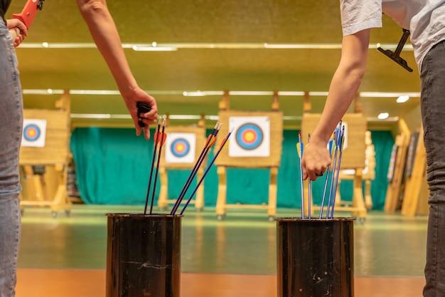 Tiro con l'arco nel palazzetto dello sport. concorrenza per il miglior tiro una freccia verso i bersagli