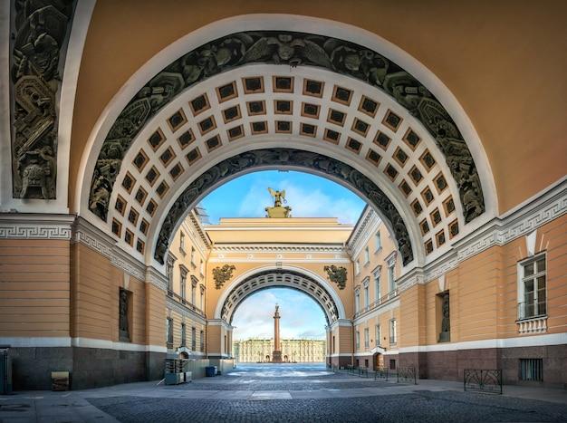 Gli archi dell'edificio dello stato maggiore a san pietroburgo sulla piazza del palazzo e la colonna di alessandro