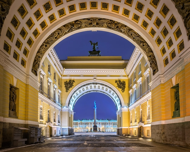 Archi del personale sulla piazza del palazzo a san pietroburgo durante l'illuminazione notturna