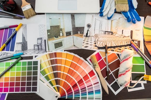 Disegno dell'architetto di progetti di appartamenti moderni con campione di materiale cartaceo a colori sulla scrivania creativa. schizzo di casa per ristrutturazione
