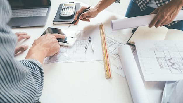 Architetto ingegnere design lavorando sul concetto di pianificazione blueprint. concetto di costruzione