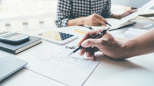 Ingegnere dell'architetto design working sul concetto di pianificazione del modello