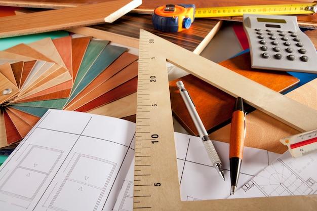 Architetto interior designer sul posto di lavoro design del carpentiere