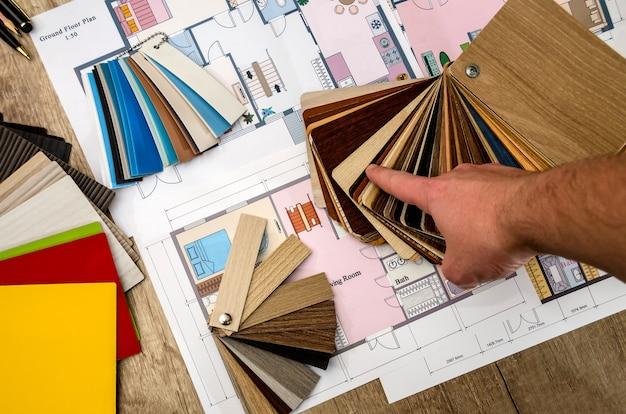La mano dell'architetto indica il design della casa