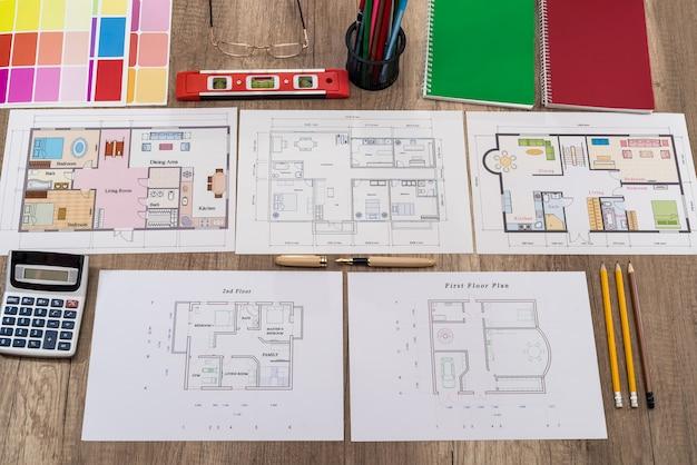 Posto di lavoro dell'architetto con diversi progetti di casa